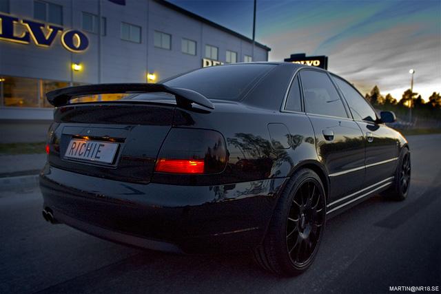 svarta fälgar på svart bil